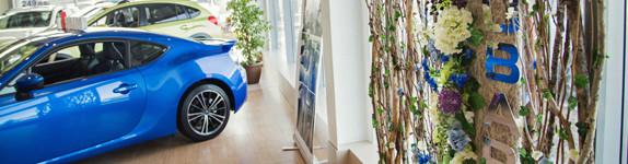 автосалон презентация украшение витрины подиума оформление дизайн декор кемерово флористика www.flofra.ru.jpg 1