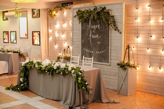 svadebnoe-ukrashenie-banketa-eko-stil-zelenoe-dekor-kemerovo-kuzbass-svadba-floristika-cvety-prezidium-www-flofra-ru-22