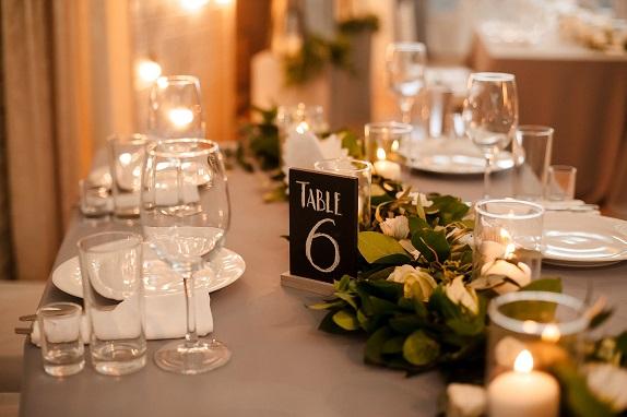 svadebnoe-ukrashenie-banketa-eko-stil-zelenoe-dekor-kemerovo-kuzbass-svadba-floristika-cvety-prezidium-www-flofra-ru-7